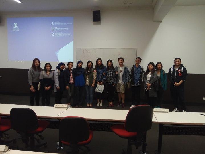 berfoto bersama mahasiswa setelah salah satu sesi tutorial